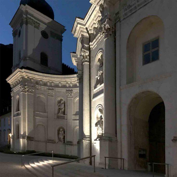 Das Scheinwerferlicht arbeitet die architektonischen Strukturen heraus.