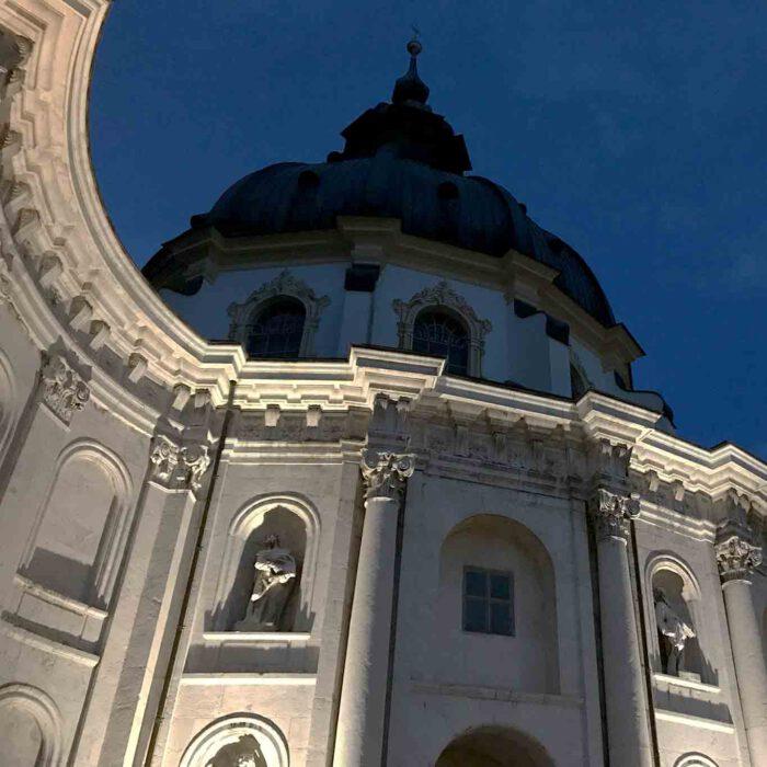Die Kuppel ist das Wahrzeichen des Klosters Ettal.
