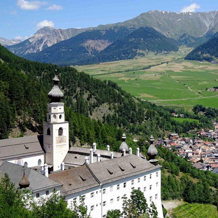 In 1300 Metern über Meereshöhe bewirtschaften die Mönche des Bendediktinerstiftes Marienberg ihre Gärten in Hanglage.