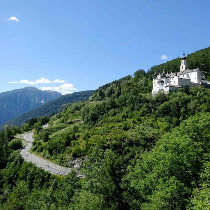 """Die weisse Festung Gottes """"klebt"""" förmlich am Berghang."""