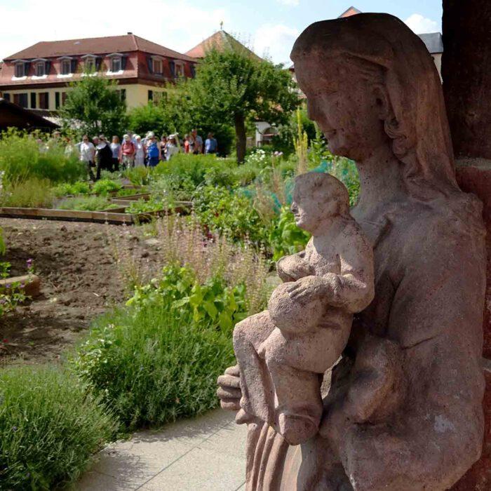 Maria wacht über den Klostergarten.