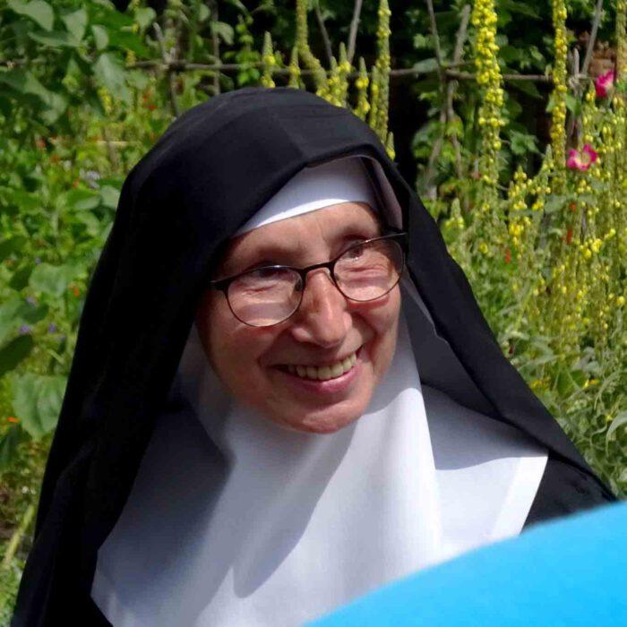 Schwester Christa erklärt ihren Garten.