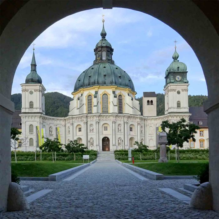 Die imposante Ansicht des Klosters Ettal von Westen her.