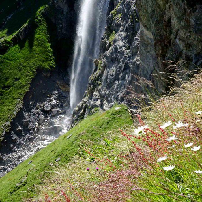 Im Laufe der Zeiten gräbt sich das Wasser seine Bahn im Gebirge.
