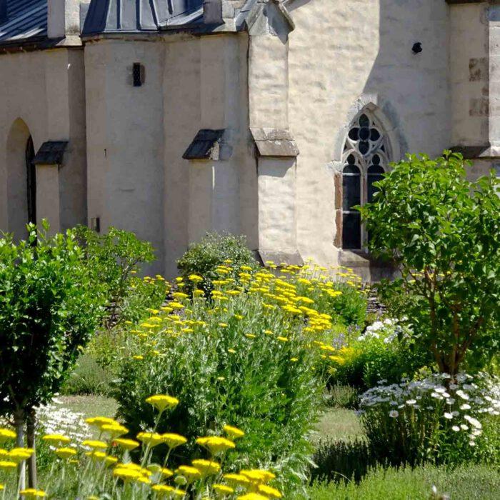 Der bunte Garten betont die schlichte gotische Architektur der Zisterzienser.