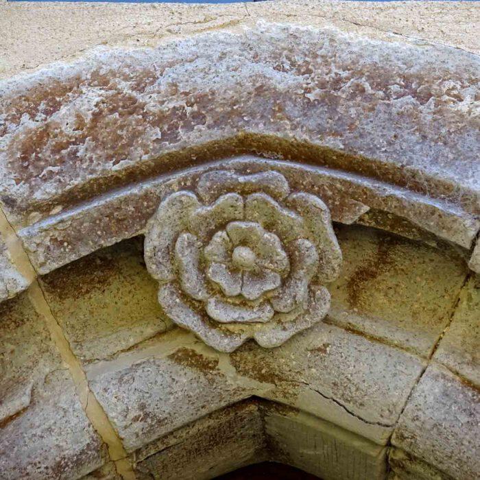 Die Rose, Zeichen Mariens, blüht nicht nur wunderschön in Marienstatt. Sie wurde hier in Stein gemeisselt.