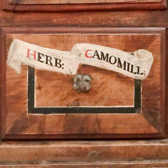 Beschriftung Kamille auf einem Apothekenschub im Stift Stams.
