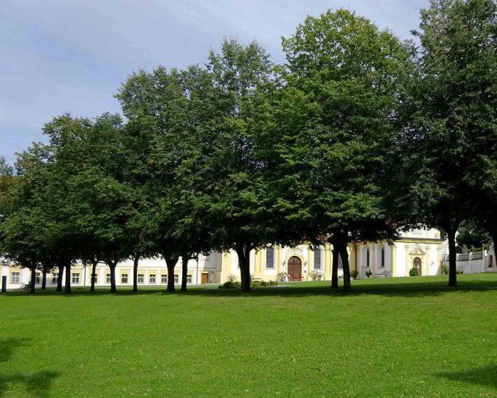 Im Schatten der Lindenbäume durchquert man den Klosterhof von Stift Stams.