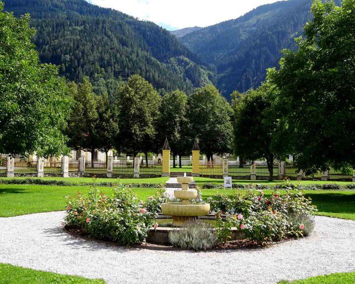 Statt der Orangerie ist der Brunnen ins Zentrum des Bildes vom Barockgarten gerückt.