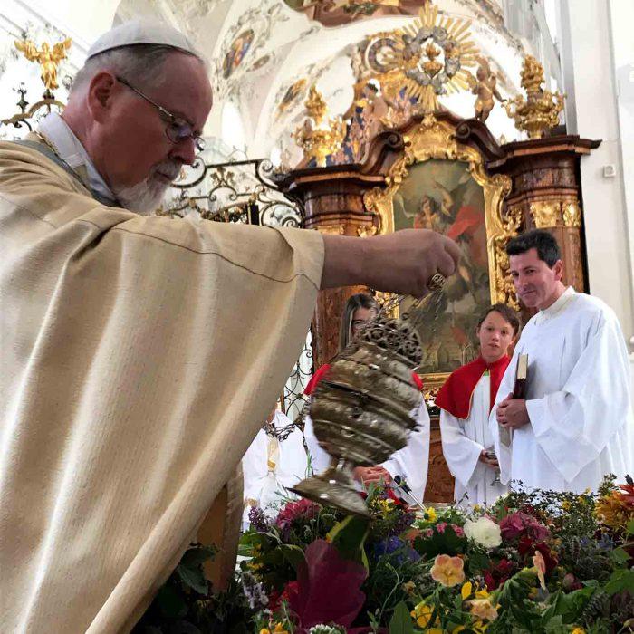 Mit Kräutersegnungen schliesst die Messe zu Maria Himmelfahrt ab. Abt German Gerb beim Inzensieren.