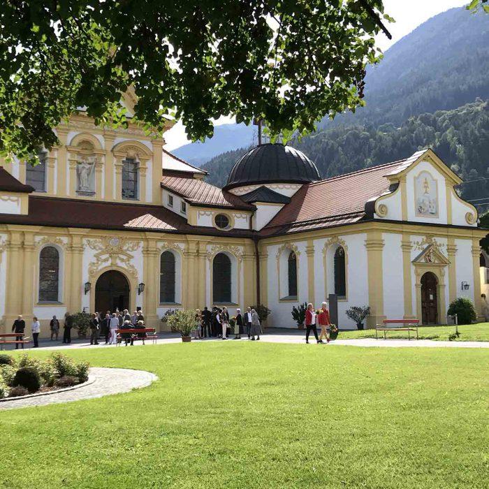 Festliche Stille am Hochfest Mariens vor der Stamser Klosterkirche und der Heiligblutkapelle.