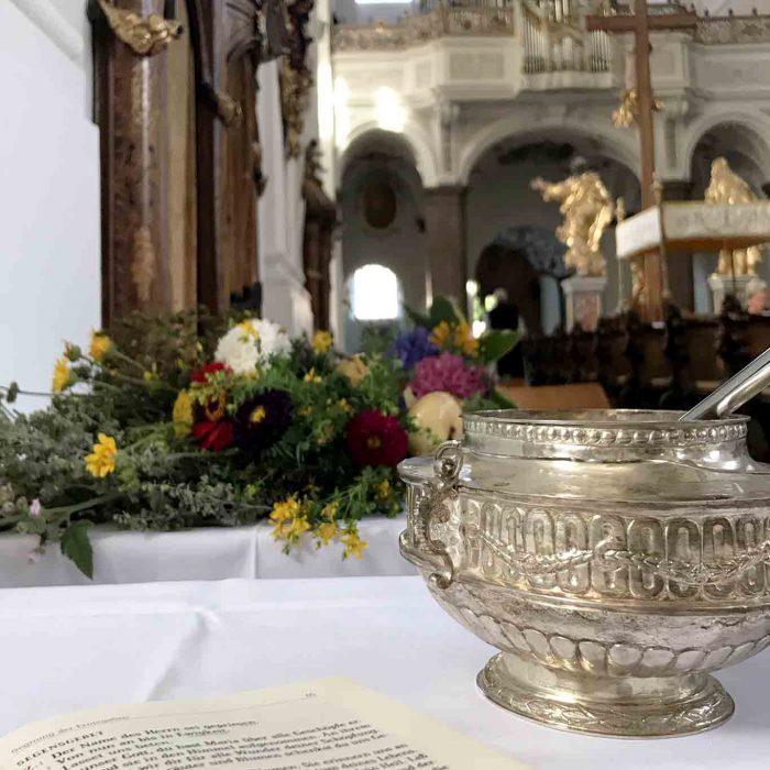 In der Liturgie ist das Besprengen der Kräuterbuschen mit Weihwasser zur Segnung vorgesehen.