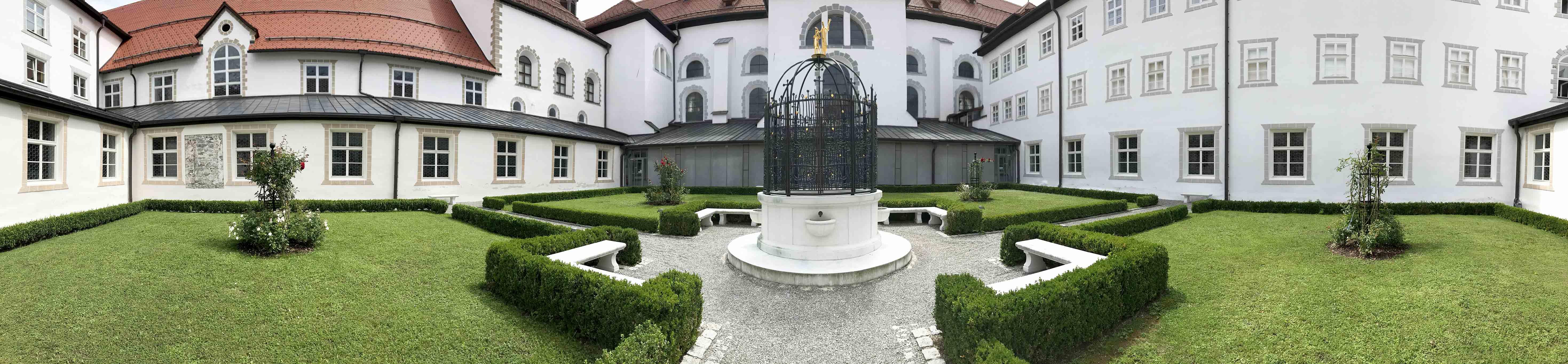 Im Zentrum des Kreuzgartens plätschert der Brunnen, welcher von Johannes dem Täufer und Jesus gekrönt ist.