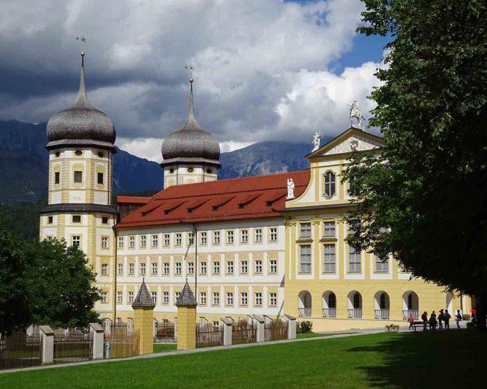 Der Fürstentrakt des Stiftes Stams beherbergt heute die Katholische Hochschule.