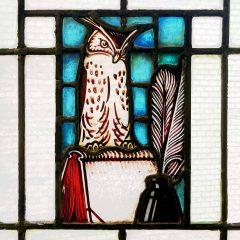 Eule als Zeichen der Weisheit in einem Bleiglasfenster am Hamburger Dammtorwall.