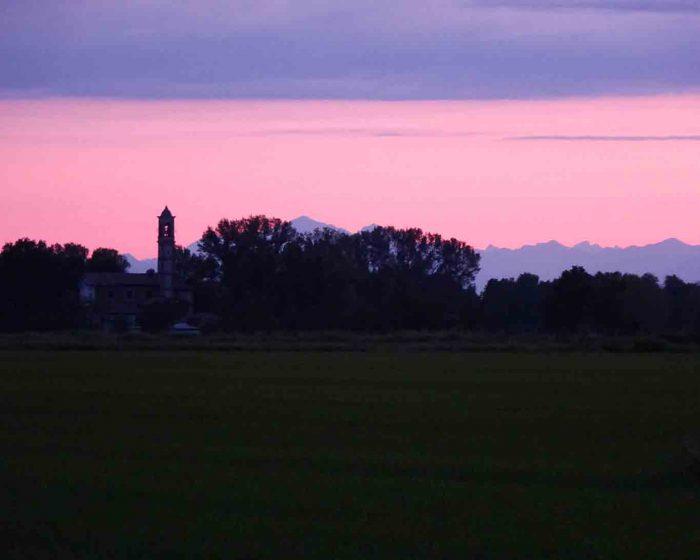 Morgenstimmung über der Lombardei mit Blick auf die Alpen.