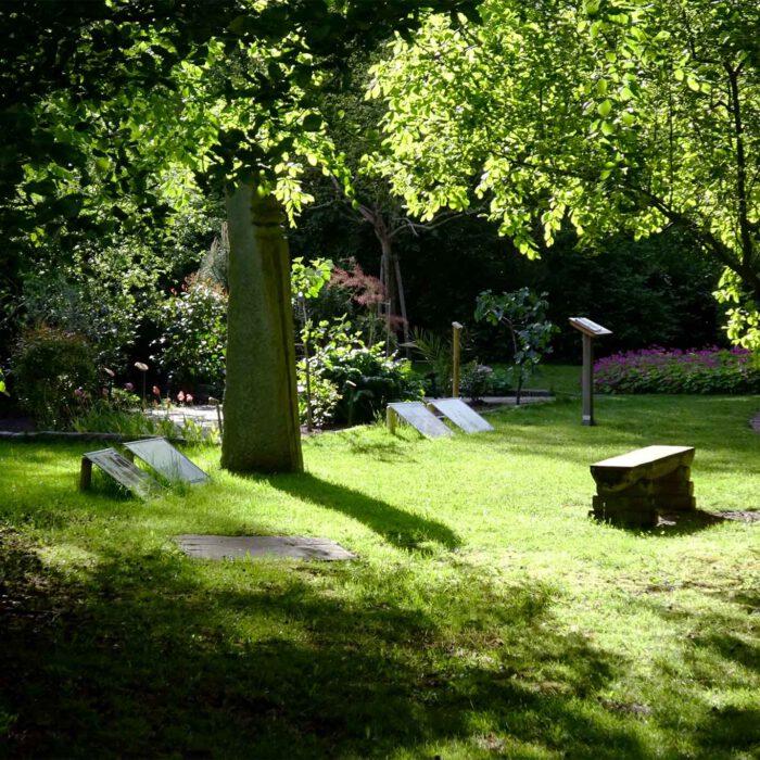 Lauschige Plätze im Skulpturengarten laden ein zum Träumen, Lernen, Sehen, Erfahren.