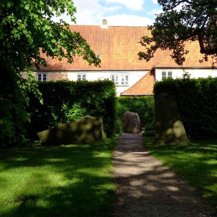 Eine Hecke trennt den hinteren Skulpturenpark vom vorderen Bibelgarten.