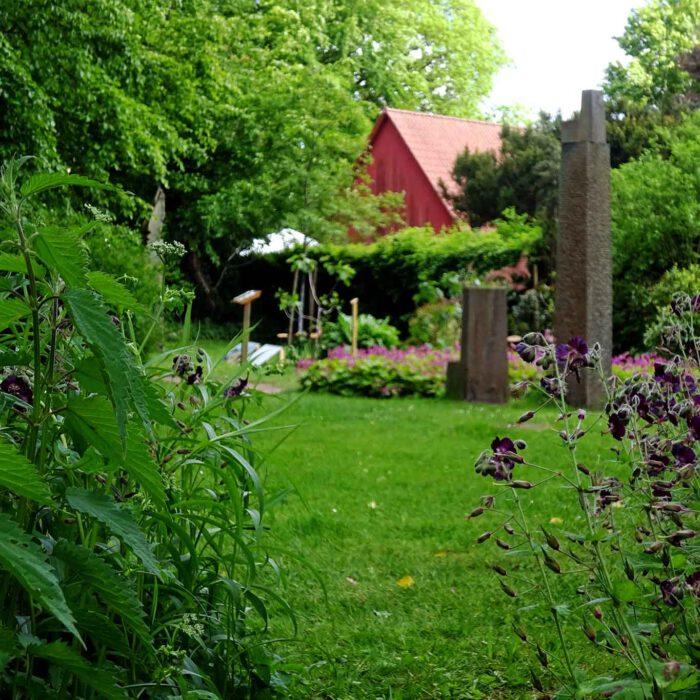 Gartenkunst trifft Bildhauerei zwischen Brennnessel und Storchenschnabel