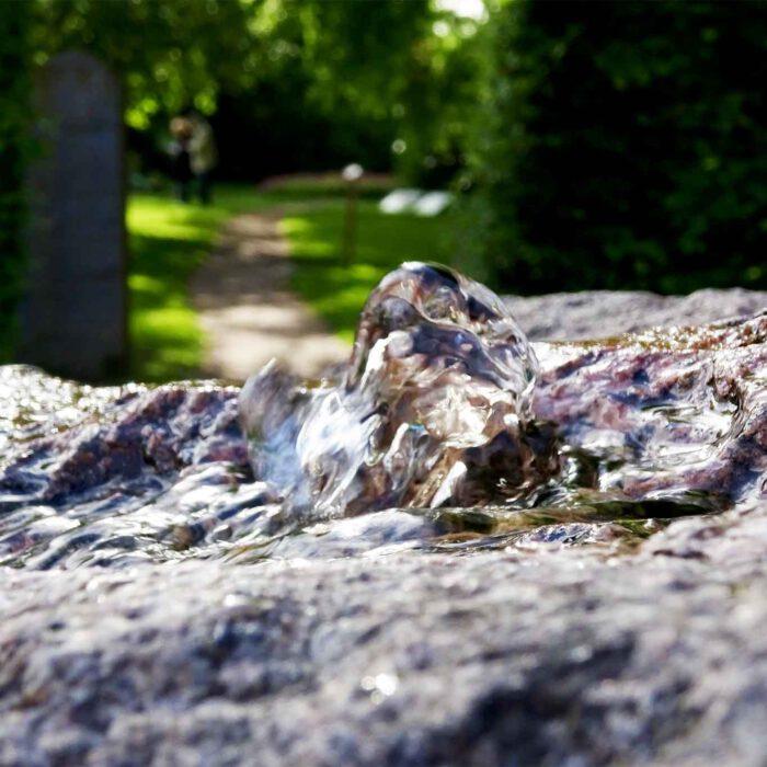 Der Quellstein bildet das Zentrum des Bibelgartens.