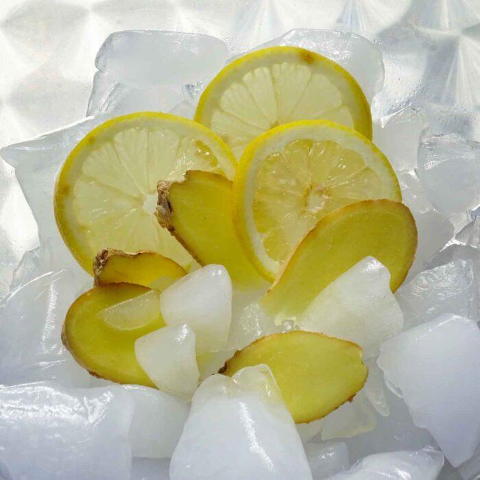 Eine erfrischende Limonade ist schnell selbst zubereitet mit vitaminreicher Zitrone und Ingwer mit seiner anregenden Schärfe.
