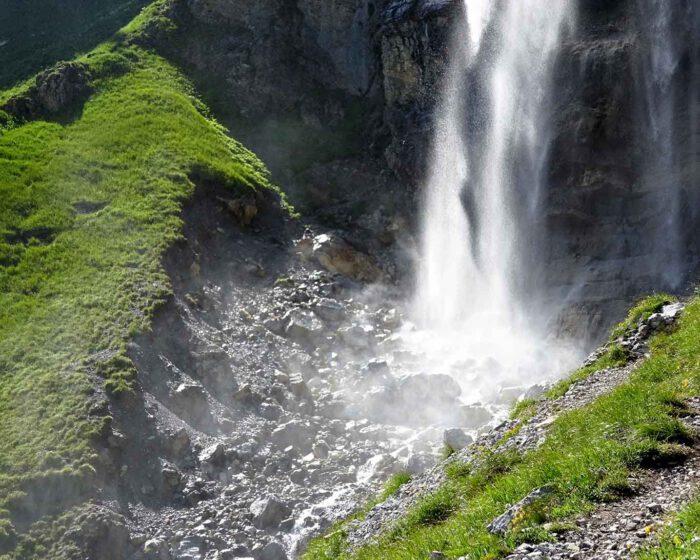 Der Nebel des aufprallenden Wassers netzt erfrischend mit winzig kleinen Wassertröpfchen die Wiesen und Steine.