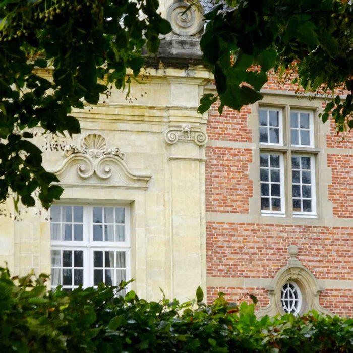 Ein harmonischer Stilmix zwischen Barock und Renaissance an der Fassade der Abdij Postel.