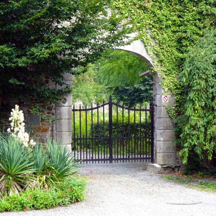 Das verschlossene Gartentor der Abbaye du Val Dieu