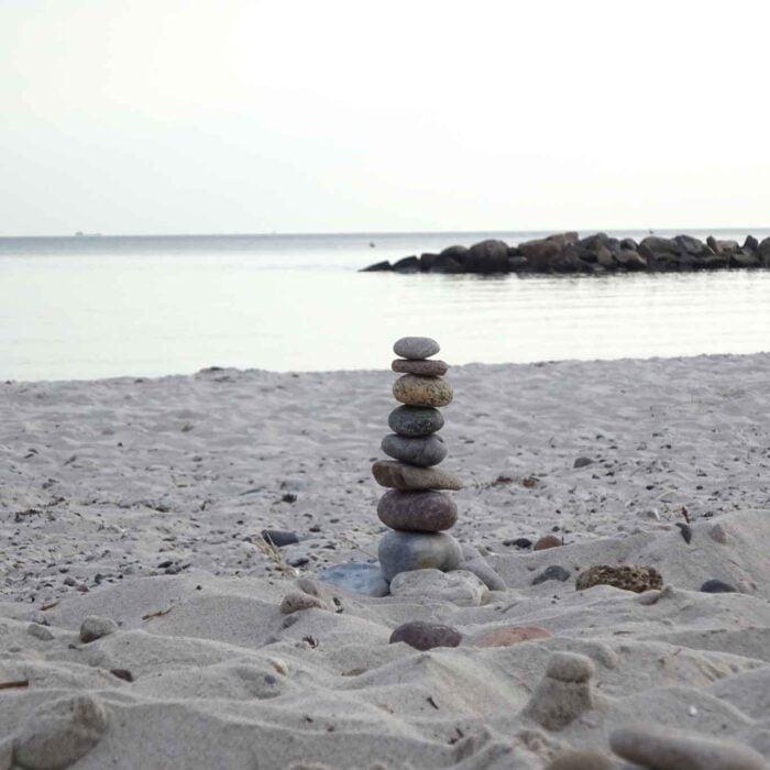 Die Stabilität von Steinmännchen verkörpert das Streben nach Ausgeglichenheit und Harmonie im Einklang mit unserer Umwelt.