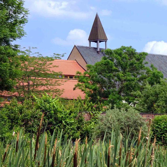 Wie ein Schmuckstein in die Fassung fügt sich das Kloster Helfta in die Mansfelder Landschaft ein.