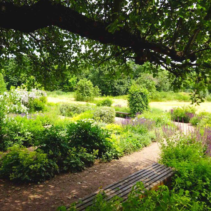 Klostergärten sind nicht nur Horte der Arbeit sondern auch des Entspannens und Ausruhens. Hier im Schatten alter Obstbäume.