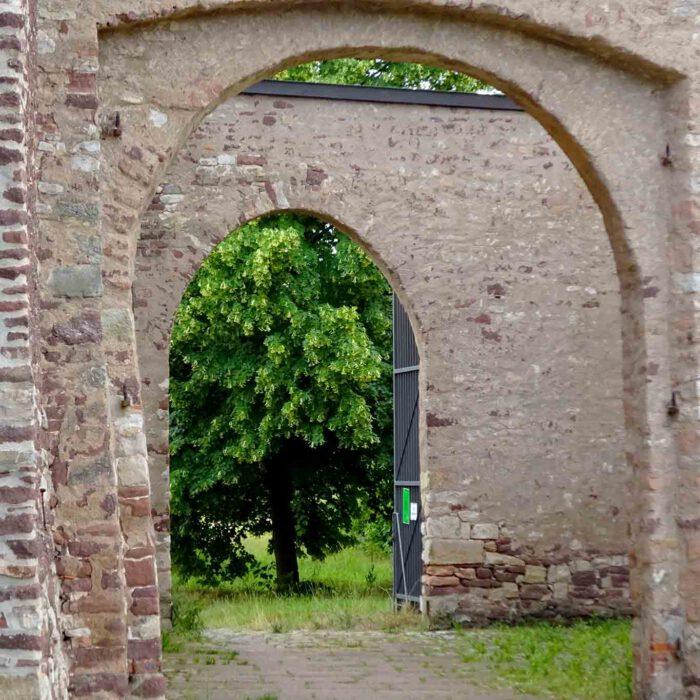 Wie ein Versatz zur Vergangenheit haben Tore im Kloster Helfta etwas Verbindendes statt Trennendes.